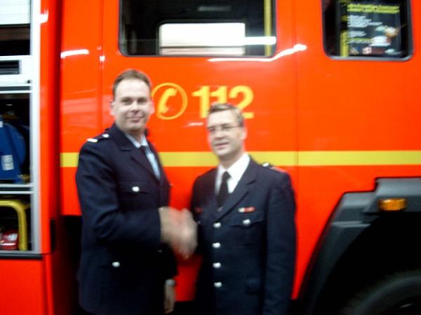 Der wiedergewählte Wehrführer-Vertreter Jörg Eckloff (links) mit dem Bereichsführer Eimsbüttel Jörg Schultze-Scheer vor dem neuen LF 16-12 der Freiwilligen Feuerwehr Eimsbüttel