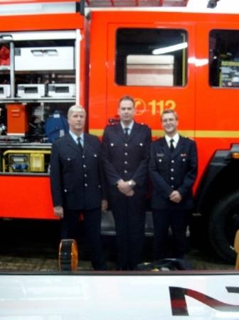 links im Bild Wehrführer Gerhard Mögling, in der Mitte der Wehrführervertreter Jörg Eckloff und rechts Bereichsführer Jörg Schultze-Scheer