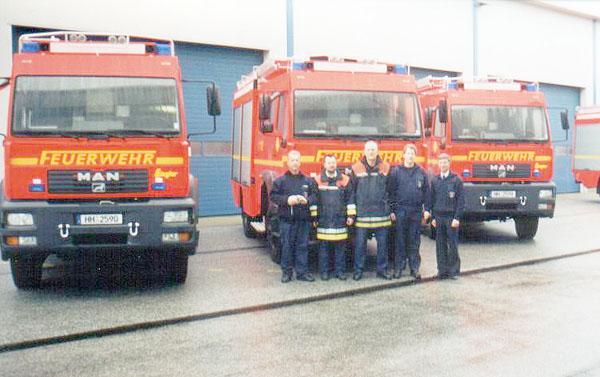 Landesbereichsführer Hermann Jonas mit Mitgliedern des Arbeitskreis AK F03 (Fahrzeugtechnik) bei der Fahrzeugübergabe an der Landesfeuerwehrschule