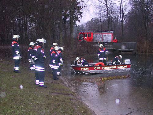 Das Kleinboot wird zu Wasser gelassen. Das Eis ist bis zu 5cm stark.
