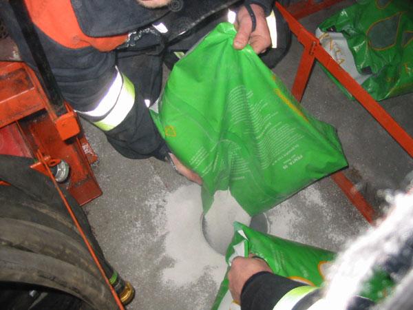 Auffüllen des Vorratstanks des DMF´s mit Ölbindemittel<BR>© FF Stellingen