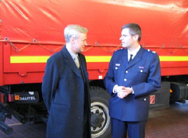 Herr von Beust im Gespräch mit dem Landesjugendfeuerwehrwart Marcel Steinhauser