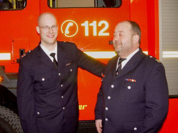 Als erster gratulierte der alte Wehrführer und jetzige Bereichsführer Gerd Rüther dem neuen Wehrführer Dennis Binge (v.r.)