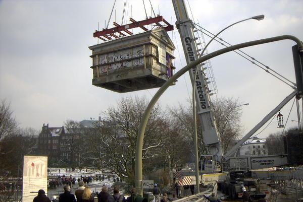 Das Gebäude schwebt nach einiger Verzögerung zu seinem neuen Fundament.