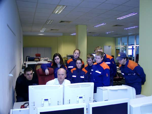 Rüdiger Geyer erklärt am Katastrophenplatz die Einsatzvielfalt der Feuerwehr Hamburg