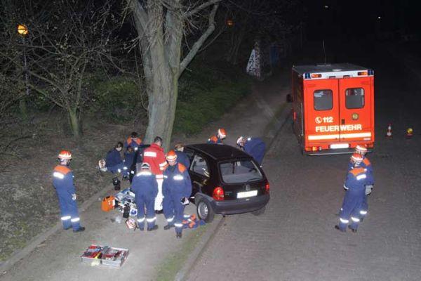 Gestellter Verkehrsunfall mit zwei Verletzten. Bei der Übung unterstützte uns eine Rettungswagen-Besatzung der Feuer- und Rettungswache Barmbek  (Foto: T. Melfsen)