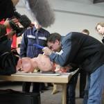 Ein Besucher<!--Schrödi--> probiert das intubieren mit einem Laryngoskop an einer Puppe.<br> © Merlin Wolf