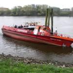 LB 31 hängt mit schwerer Schlagseite bei Niedrigwasser auf der Spundwand. (c) FF Warwisch - besuchen Sie die Website der FF Warwisch > www.ff-warwisch.de