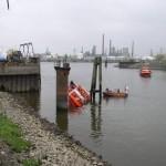 LAB 11 nähert sich zur Unterstützung, ein Kleinboot Typ 2 ist ebenfalls vor Ort. (c) FF Warwisch - besuchen Sie die Website der FF Warwisch > www.ff-warwisch.de