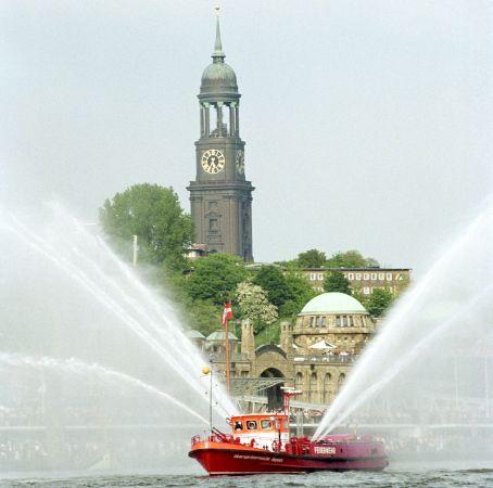 Feuerwehrboot bei der Einlaufparade