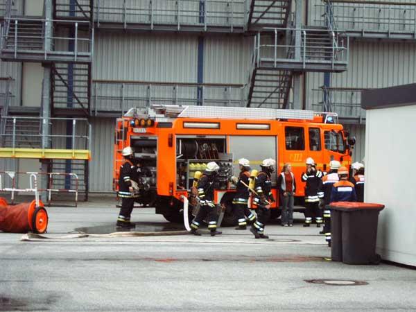 Eines der beiden LF 16/12 bei der Abarbeitung eines Feuers<br>© FF Stellingen<br>