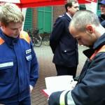 Auch Mitglieder der Nachbarwehren unterstützen die FF Eidelstedt und beteiligten sich an der Unterschriftenaktion <br>© Bereichswebmaster Eimsbüttel<br>