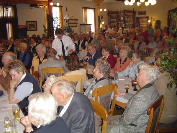 Fast 200 Gäste lauschen den Klängen des Musikzugs Neuengamme.