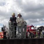 Mit dem Leiterkorb werden die beiden Eheleute von Bord geholt.