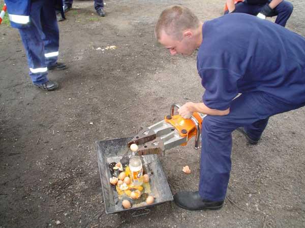 Umsetzen von Eiern mit Hilfe eines Spreizers<br>© FF Lokstedt<br