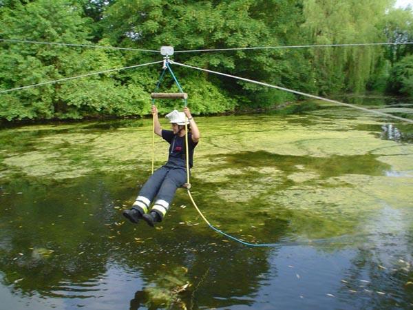 Überquerung des Lohbekteiches mit Hilfe einer Seilbahn <br>© FF Lokstedt<br