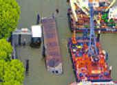 Das gekenterete Tankschiff im Petroleumhafen. (c) Hamburger Abendblatt