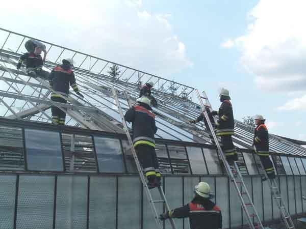Massiver Personaleinsatz - Hier noch in voller Schutzausrüstung - Später aufgrund der enormen Hitze mit lageangepasster Schutzkleidung  Foto: Stephan Wörmcke - FF-Fuhlsbüttel