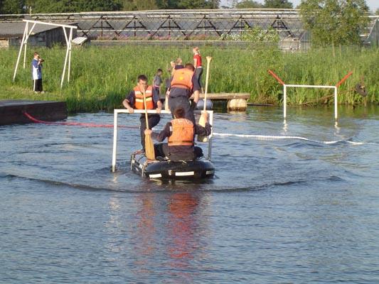 Das erste Hindernis auf Bahn 1 wird vom Boot 1 der FF Krauel gemeistert.