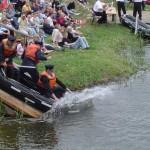 Eines der Siegerboote der FF Kirchwerder - Nord auf der Wasserrutsche