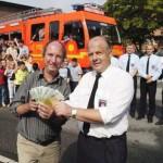 Andreas Prautzsch (Wachführer der FuRW 23) übergibt die gesammelten Spenden (2800 Euro) an die Schule für Blinde und Sehbehinderte Kinder am Borgweg (17. August)