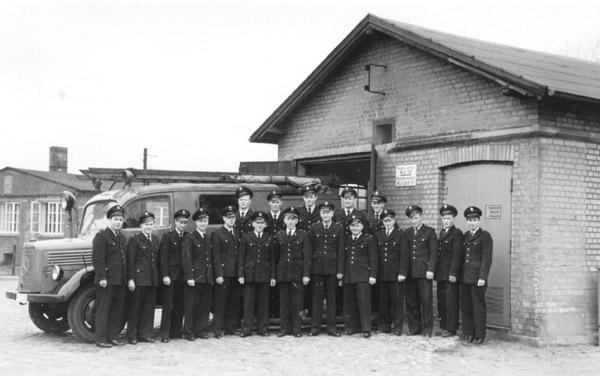 FF Öjendorf 1950 nach Neugründung. Altes Feuerwehrhaus am Öjendorfer Marktplatz (1890 bis 1954).