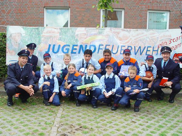 Foto: Jugendfeuerwehr Oldenfelde mit den Betreuern Olaf Klann (rechts) und Dennis Staeck sowie Miriam Gansel