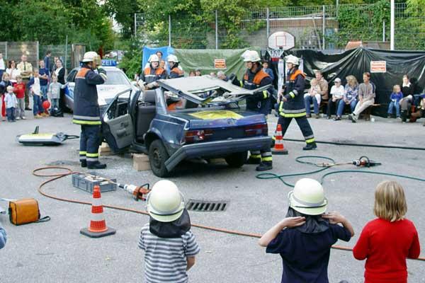 Die Feuerwehrleute zeigten den Besuchern, wie  wie sie Verletzte aus einem Auto retten<br>© FF Pöseldorf<br>