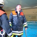 Alle Fragen wurden richtig beantwortet. Trotzdem ist Bernd gesprungen und kommt gerade aus dem Wasser. (Interessant: Die Einsatzkleidung wird im Wasser nicht allzu schwer. Man kann damit schwimmen!)