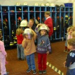 Natürlich durfte die Ausrüstung eines Feuerwehrmannes auch einmal anprobiert werden... <br>© FF Stellingen<br>