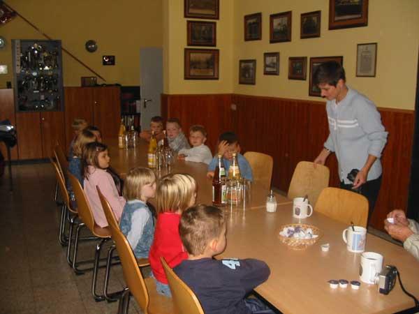 Bei Apfel- und Orangensaft die vielen Fragen der Kinder beantwortet<br>© FF Stellingen<br>