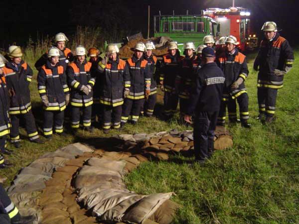 Günter Schwormstedt mit Kameraden der FF Neuengamme und FF Krauel am Deich.