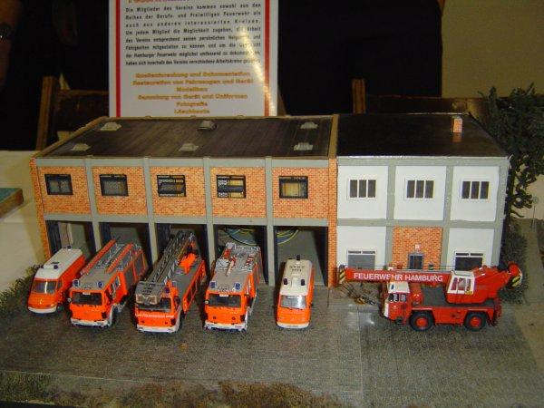 Feuerwache Stellingen (F 15) im Jahre 1991. Hier mit TLF 16, DLK 23/12, LF 16 und RTW´s. Weiterhin der ehemalige Kranwagen FwK 20.