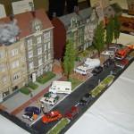 Feuer, Menschenleben in Gefahr mit zugeparkter Wohnstraße. Das KLF des Zugführers ist schon an der Einsatzstelle, die restlichen Fahrzeuge kommen durch falschgeparkte Autos nicht weiter.