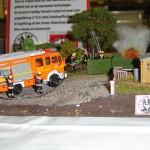 Feuer Klein, brennt Komposthaufen. Ein LF 16/12 der Freiwilligen Feuerwehr bei der Brandbekämpfung mit dem Schnellangriffsschlauch.