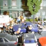 Feuer, Menschenleben in Gefahr mit zugeparkter Wohnstraße. Der Falschparker muß erst zeitaufwendig zur Seite befördert werden. Modell oder Realität ?