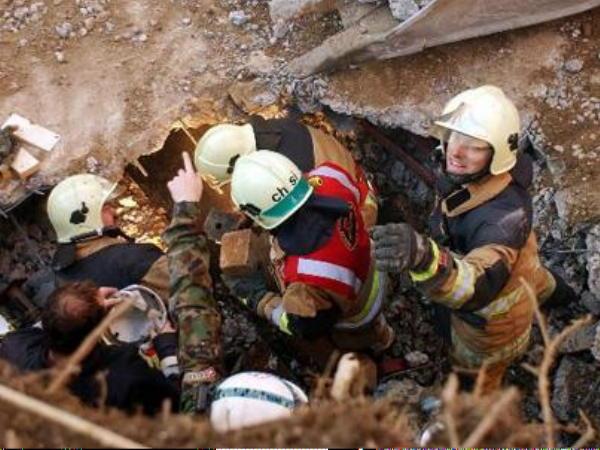 Rettungsarbeiten an der eingestürzten Tiefgaragendecke (ap)