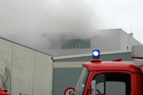 Rauchaustritt aus dem 4. OG, im Vordergrund FF Fünfhausen SW 2000-Tr.