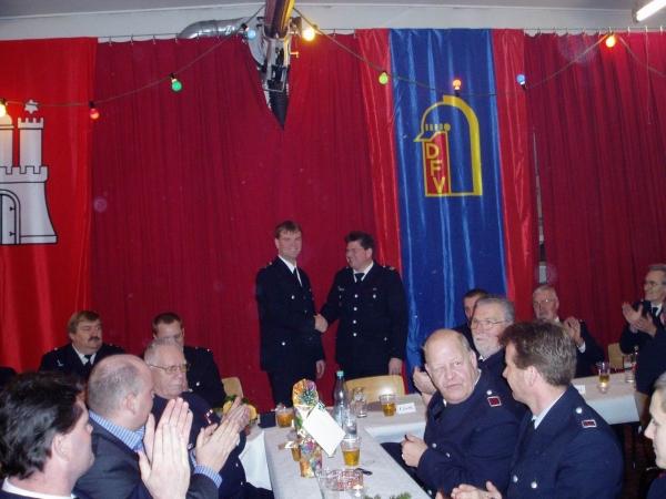 Gratulation durch den Wehrführer Helge Cornehl