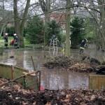 Die FF'en Groß-Flottbek, Osdorf und Nienstedten in Zusammenarbeit mit der Stadtentwässerung und dem BerF Altona bei dem großflächigen Wasserrohrbruch. (c)Foto: Harald Rieger