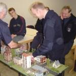 Heiko Wörmbke ( FF Curslack ) beim Planspiel mit Ausbilder Fred Steinbek von der LFS.