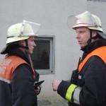 Zugführer Fabian Keller ( FF Bergstedt, rechts ) gibt Aufträge an seinen Gruppenführer 2 Christian Löffler ( FF Moorburg ).