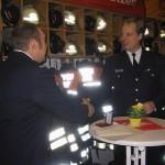 Schließlich würdigt auch der Wehrführer der FF-Bergstedt, Fabian Keller, im Namen der Kameraden der Wehr Holgers Verdienste.