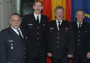 Die Jubilare: 2.vl Brandinspektor Jürgen Lübke, rechts Hauptbrandmeister Ingo Heger. links: Bereichsführer Bergedorf Uwe Sturr, 2.vr Wehrführer Harald Wegner
