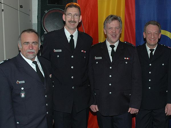 Die Jubilare: 2.vl Brandinspektor Jürgen Lübke, rechts Hauptbrandmeister Ingo Heger.<br> links: Bereichsführer Bergedorf Uwe Sturr, 2.vr Wehrführer Harald Wegner