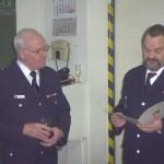 Bei einer Feierstunde im Feuerwehr-Gerätehaus in Osdorf überreichte WF Stefan Schröder die Verabschiedungsurkunde an Bernd Borchert.