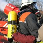 Das Fahrzeug zusammen mit einem Feuerwehrmann. Foto: Sascha Häfele