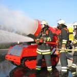 So oder ähnlich würde es bei einer Brandbekämpfung aussehen. Das L-Unterstüzungs-F 60 erleichtert den F-Leuten das Vordringen zum Brandherd. Foto: Sascha Häfele