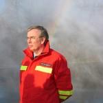 Alle wollten einmal im zerstäubten Wasser des LUF 60 stehen. Hier der Leitende Branddirektor der Feuerwehr Hamburg Peer Rechenbach. Foto: Sascha Häfele