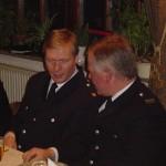 Wehrführer Werner Meyer (rechts) im Gespräch mit Bereichsführer Werner Burmester.